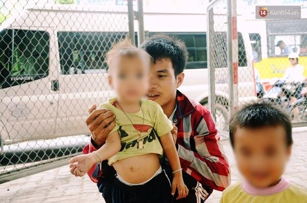 Gặp người bố đưa 2 con trai đi ăn xin ở Hà Nội vì bị vợ bỏ khiến nhiều người xót xa - Ảnh 3.
