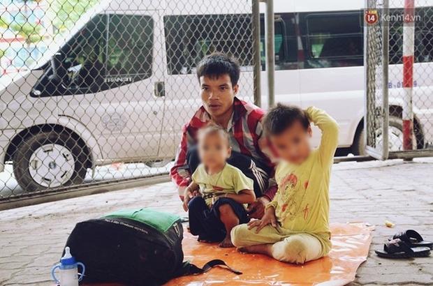 Gặp người bố đưa 2 con trai đi ăn xin ở Hà Nội vì bị vợ bỏ khiến nhiều người xót xa - Ảnh 6.