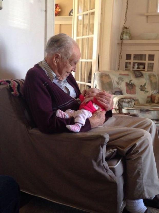 18 cuộc gặp gỡ đáng nhớ của ông bà và những đứa cháu mới chào đời - Ảnh 5.