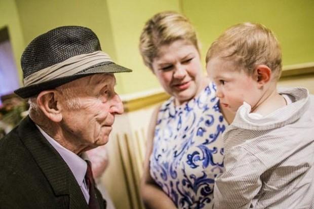 18 cuộc gặp gỡ đáng nhớ của ông bà và những đứa cháu mới chào đời - Ảnh 7.