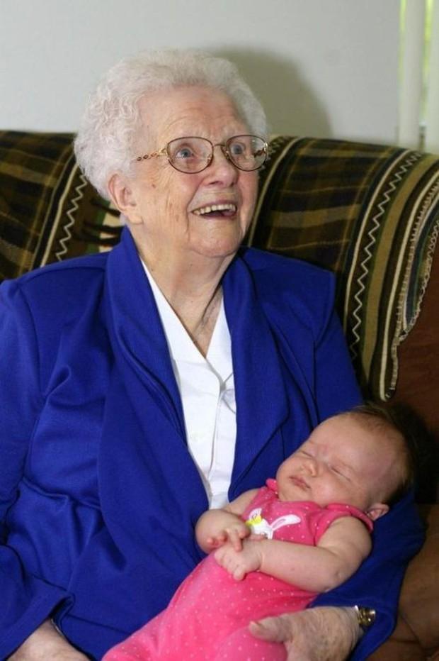 18 cuộc gặp gỡ đáng nhớ của ông bà và những đứa cháu mới chào đời - Ảnh 1.