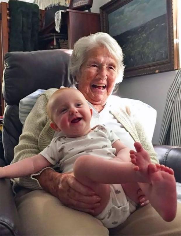 18 cuộc gặp gỡ đáng nhớ của ông bà và những đứa cháu mới chào đời - Ảnh 15.
