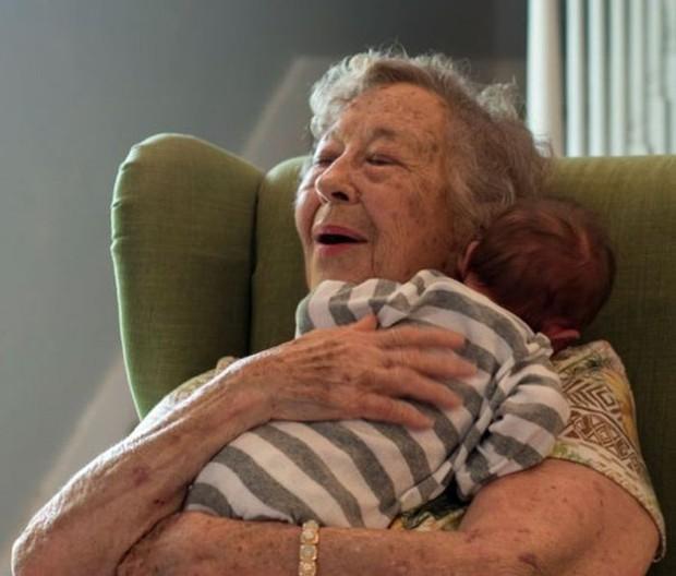18 cuộc gặp gỡ đáng nhớ của ông bà và những đứa cháu mới chào đời - Ảnh 23.
