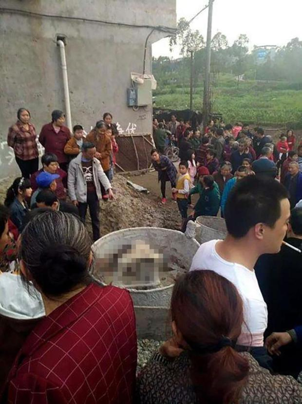 Trung Quốc: Hai bé gái 3 tuổi chết thảm sau khi trèo vào máy trộn bê tông và ấn nút khởi động - Ảnh 3.