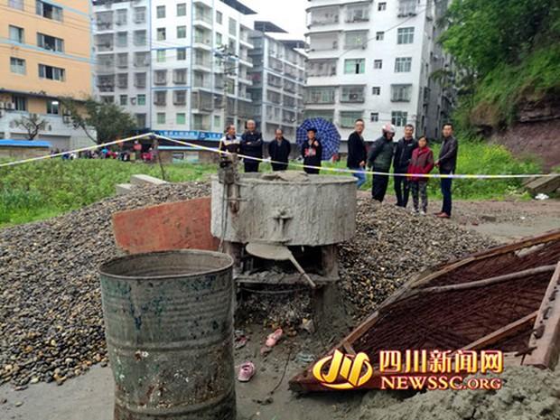Trung Quốc: Hai bé gái 3 tuổi chết thảm sau khi trèo vào máy trộn bê tông và ấn nút khởi động - Ảnh 2.