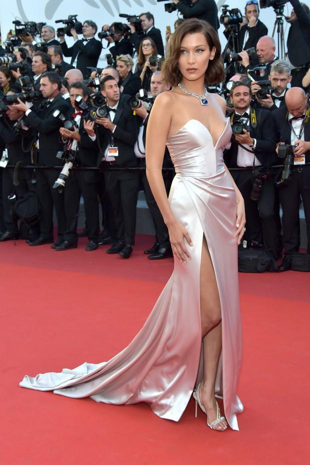 Hết lộ nội y, Bella Hadid lại quay clip sàm sỡ vòng 1 sao nữ tại LHP Cannes - Ảnh 6.