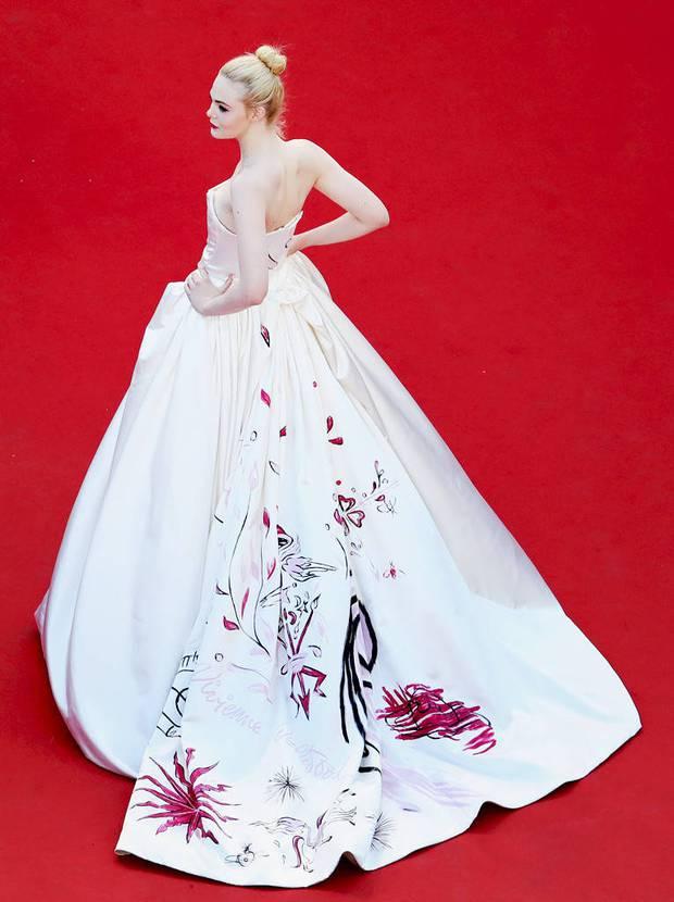 Những chiếc váy đỉnh nhất thảm đỏ Cannes 2017: Aishwarya Rai là Nữ hoàng thì Elle Fanning là Công chúa! - Ảnh 3.