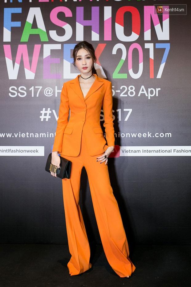 Hà Hồ, Chi Pu, An Nguy... - 15 bộ cánh thật sự phá đảo trên thảm đỏ VIFW 2017! - Ảnh 4.