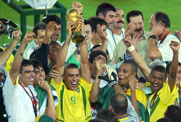 Người ngoài hành tinh Ronaldo tiết lộ lý do cắt kiểu tóc móng lừa - Ảnh 2.