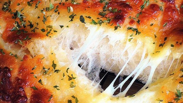 Tự làm bánh mì tươi vị phô mai thơm nức mũi ngay tại nhà - Ảnh 8.