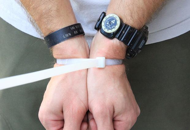 Bí kíp tự vệ cởi trói khóa kéo nhựa và băng dính ai cũng cần học ngay - Ảnh 1.