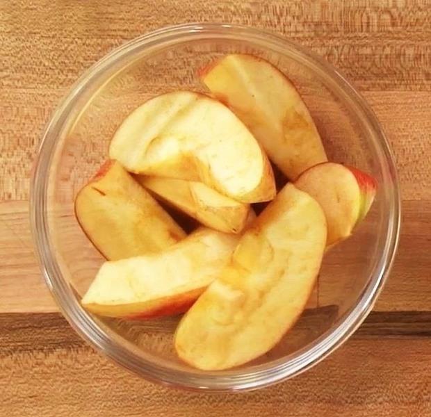 Bổ táo kiểu này đảm bảo để cả ngày vẫn trắng đẹp như mới hái - Ảnh 1.