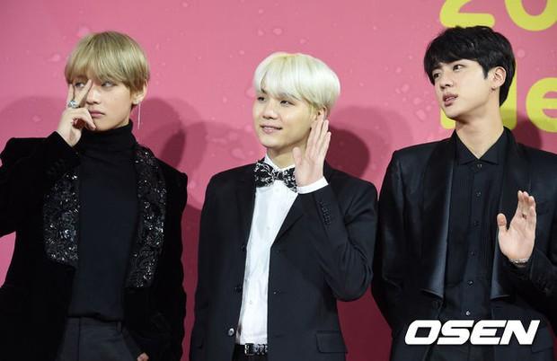 Thảm đỏ Melon: Mỹ nhân ngực khủng vô danh át cả Kim So Hyun, TWICE, EXO và Wanna One đẹp trai như hoàng tử - Ảnh 32.
