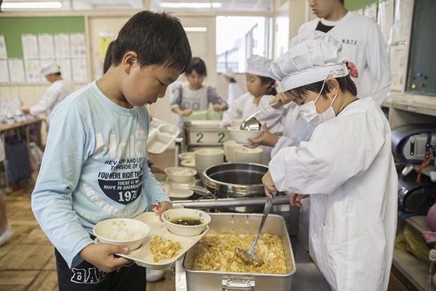 3 điều ấn tượng khiến bữa ăn trưa của học sinh Nhật Bản được nhiều người đánh giá là hoàn hảo nhất thế giới - Ảnh 3.