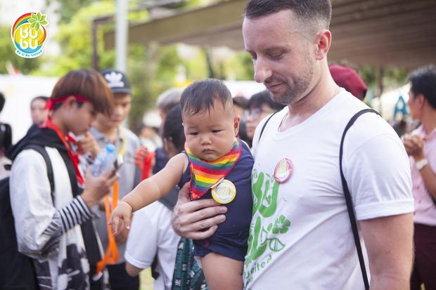 Những nụ hôn hạnh phúc của cộng đồng LGBT+ Hà Nội trong ngày hội BUBU Town - Ảnh 4.