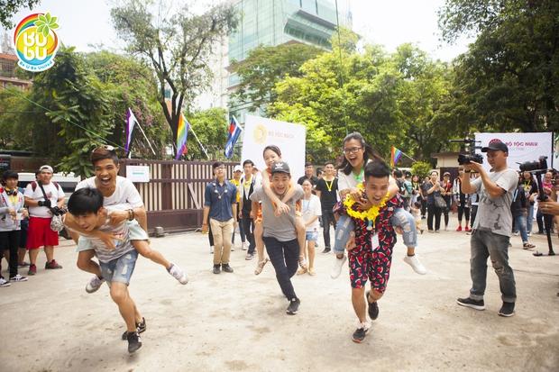 Những nụ hôn hạnh phúc của cộng đồng LGBT+ Hà Nội trong ngày hội BUBU Town - Ảnh 7.