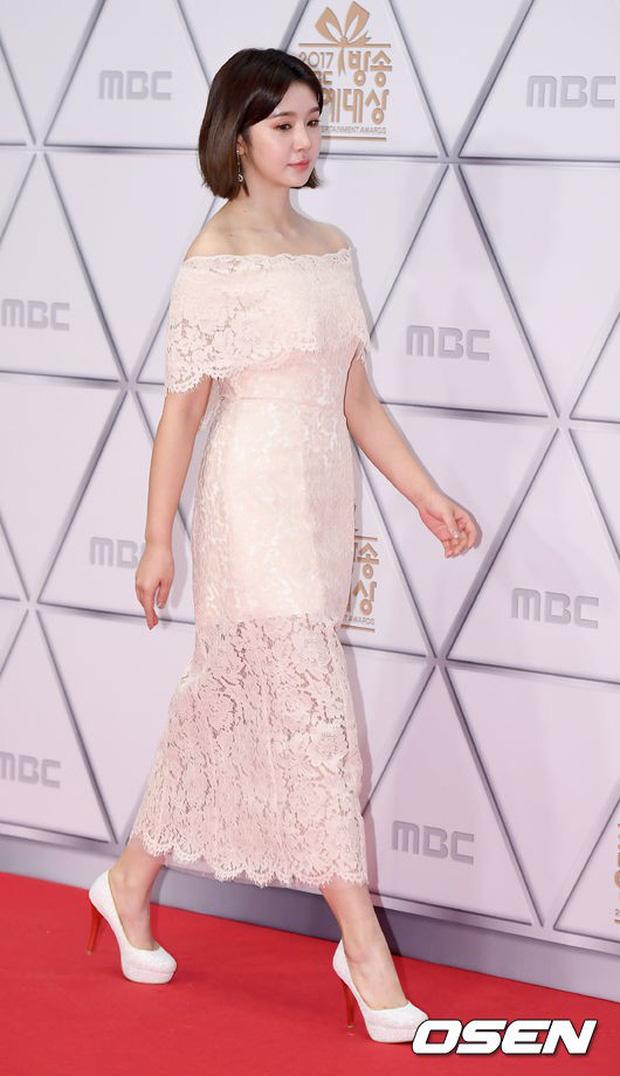 Thảm đỏ MBC Entertainment Awards: Dara bỗng già chát, bị mỹ nhân gợi cảm vô danh và loạt sao nữ sexy đè bẹp - Ảnh 21.