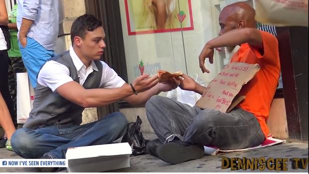 Chàng thanh niên tặng người vô gia cư quần áo, không ngờ họ lại phản ứng mạnh đến vậy - Ảnh 2.