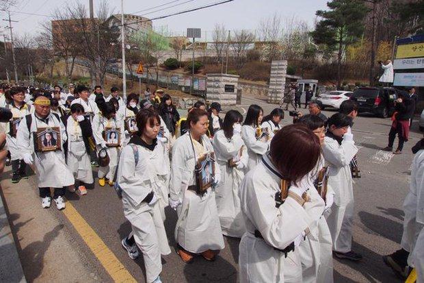 Bức ảnh tập thể lớp của các học sinh Hàn Quốc sau thảm kịch chìm phà Sewol khiến nhiều người rơi nước mắt - Ảnh 1.