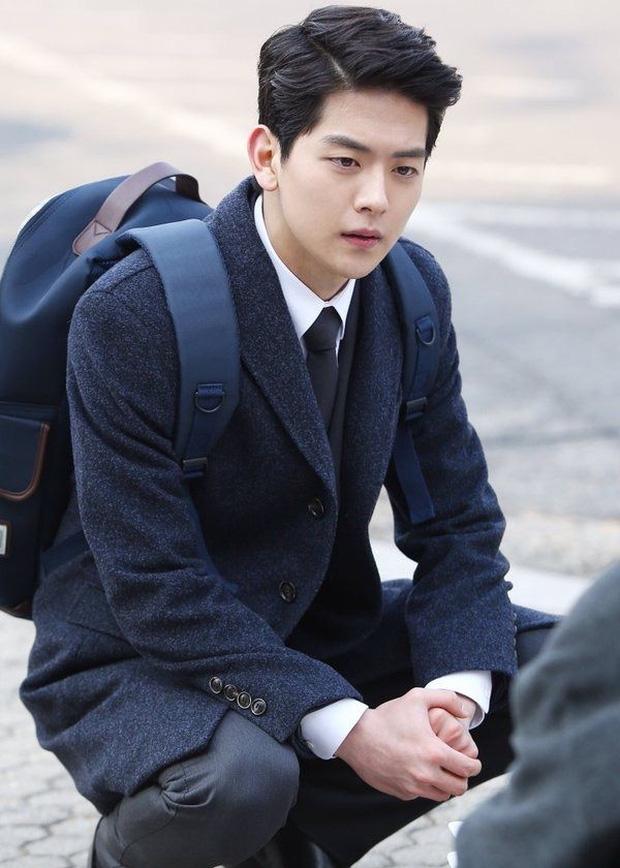 """Ngoài Lee Jong Suk, còn có 5 trai đẹp làm nên sức hút của """"Khi Nàng Say Giấc"""" - Ảnh 13."""