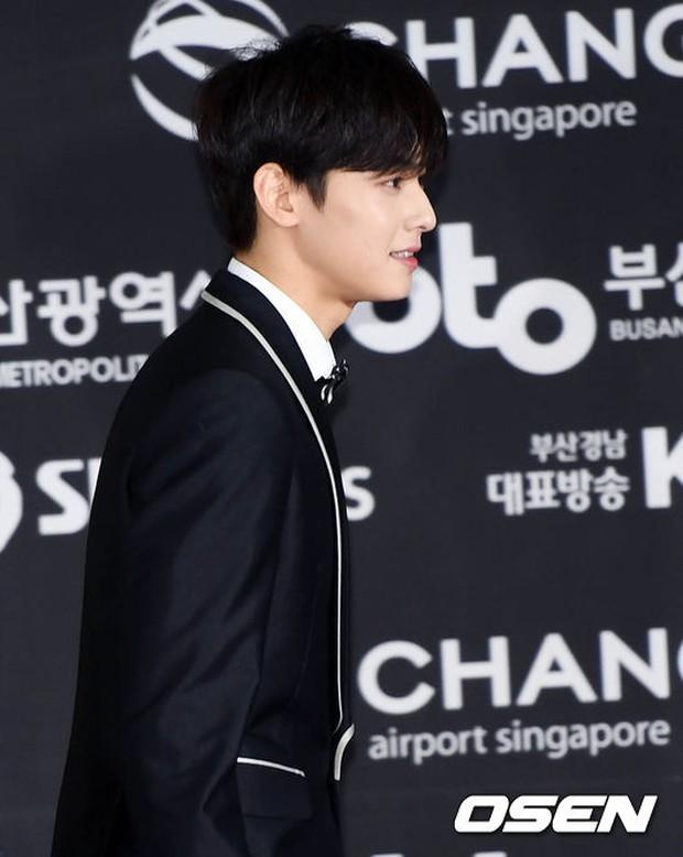 Thảm đỏ Busan: Quân đoàn mỹ nam hot nhất Kpop đổ bộ, nhưng mặt của Kim So Hyun và Naeun sao thế này? - Ảnh 23.