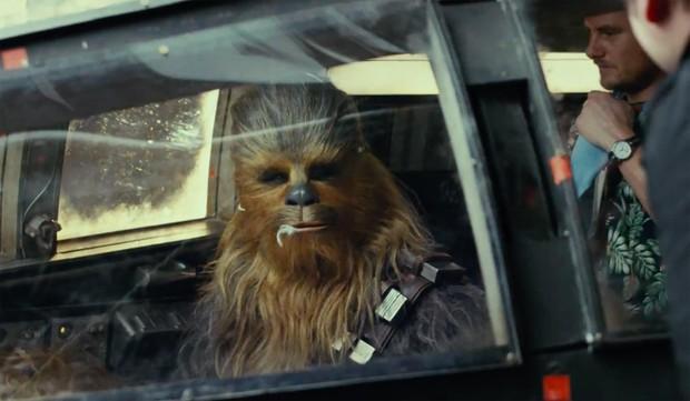 Ngã ngửa với soái ca sau lốt Chewbacca lông lá trong Star Wars: The Last Jedi - Ảnh 1.