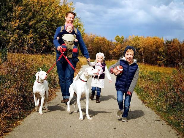 Tình bạn ấm áp của em bé và chú chó từng là nạn nhân của nạn bạo hành động vật - Ảnh 33.