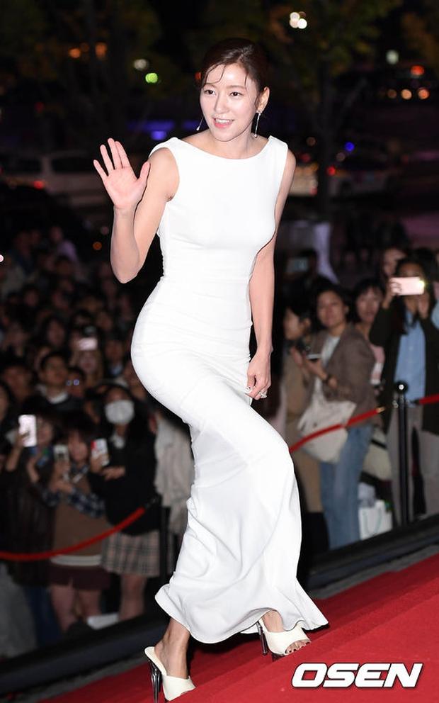Thảm đỏ Oscar Hàn Quốc: Hoa hậu gây sốc với ngực siêu khủng, Yoona và Jo In Sung dẫn đầu dàn siêu sao - Ảnh 22.