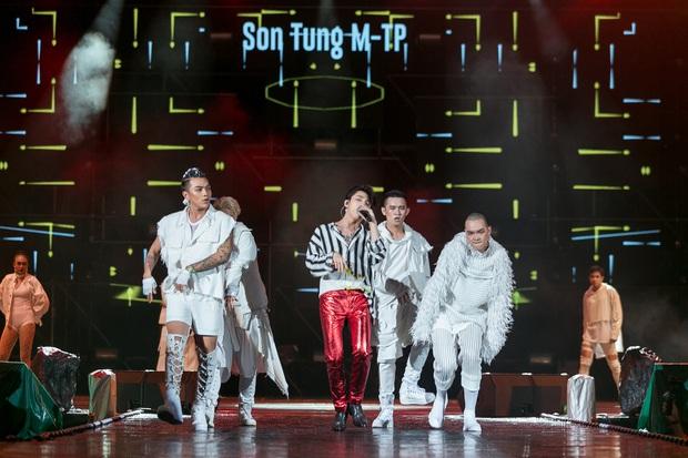 Sơn Tùng M-TP bắt tay, ôm Bi Rain sau khi diễn xong đại nhạc hội tại Thái Lan - Ảnh 7.