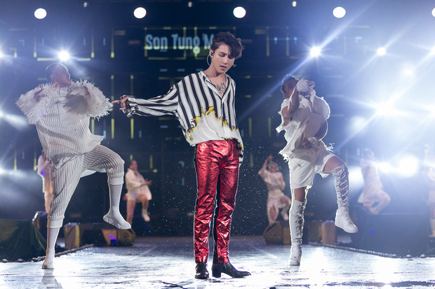 Sơn Tùng M-TP bắt tay, ôm Bi Rain sau khi diễn xong đại nhạc hội tại Thái Lan - Ảnh 8.
