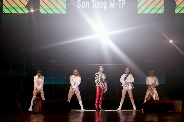Sơn Tùng M-TP bắt tay, ôm Bi Rain sau khi diễn xong đại nhạc hội tại Thái Lan - Ảnh 12.
