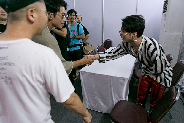 Sơn Tùng M-TP bắt tay, ôm Bi Rain sau khi diễn xong đại nhạc hội tại Thái Lan - Ảnh 3.
