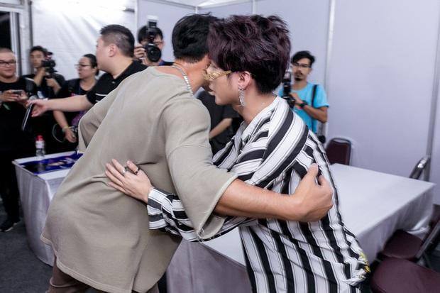 Sơn Tùng M-TP bắt tay, ôm Bi Rain sau khi diễn xong đại nhạc hội tại Thái Lan - Ảnh 5.