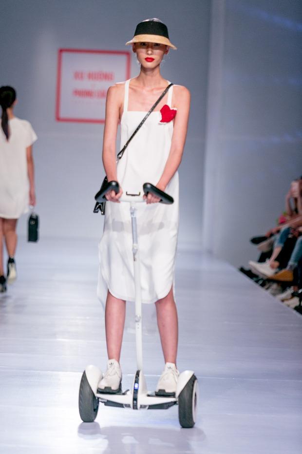Chán catwalk, mẫu Việt phóng hẳn xe điện cân bằng lao vun vút trên đường băng trông cực cool - Ảnh 4.