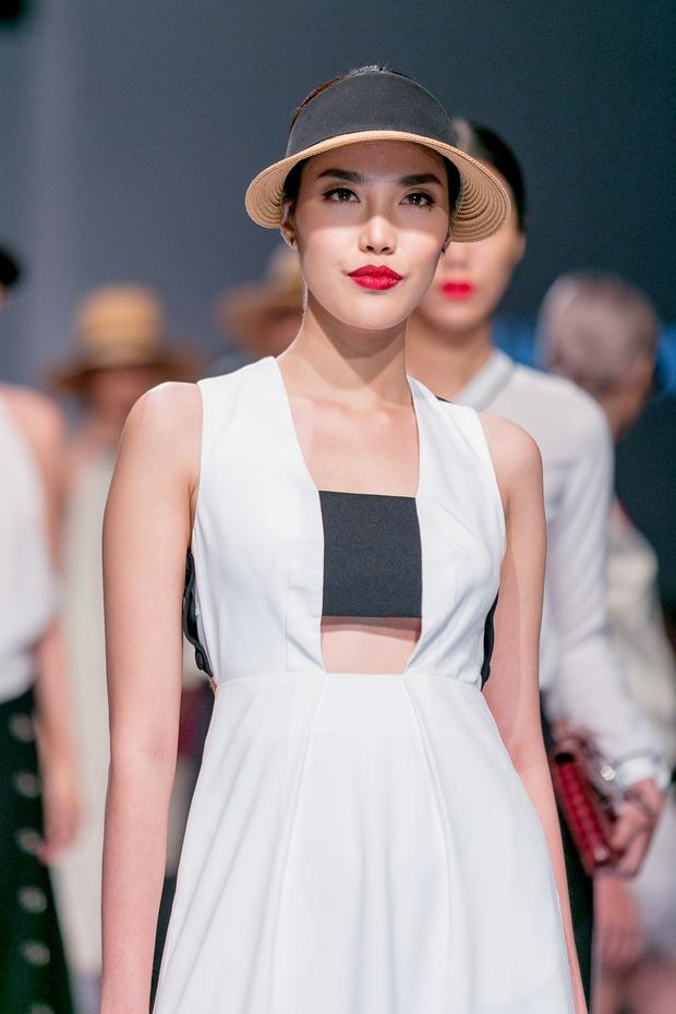 Chán catwalk, mẫu Việt phóng hẳn xe điện cân bằng lao vun vút trên đường băng trông cực cool - Ảnh 20.