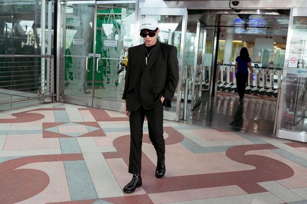 Sơn Tùng M-TP nổi bật với phong cách cực ngầu tại sân bay Thái - Ảnh 1.