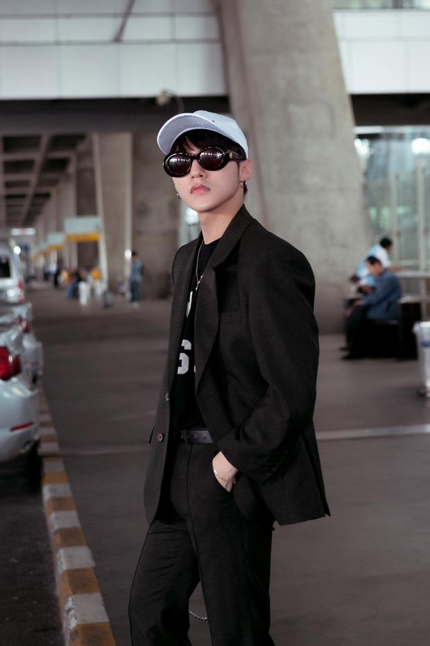Sơn Tùng M-TP nổi bật với phong cách cực ngầu tại sân bay Thái - Ảnh 2.