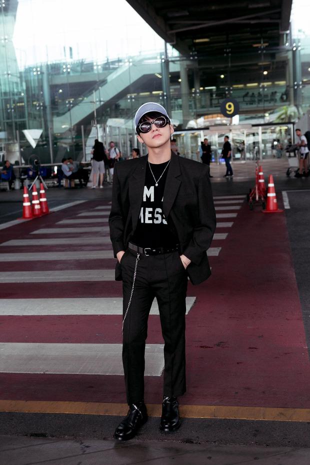 Sơn Tùng M-TP nổi bật với phong cách cực ngầu tại sân bay Thái - Ảnh 6.