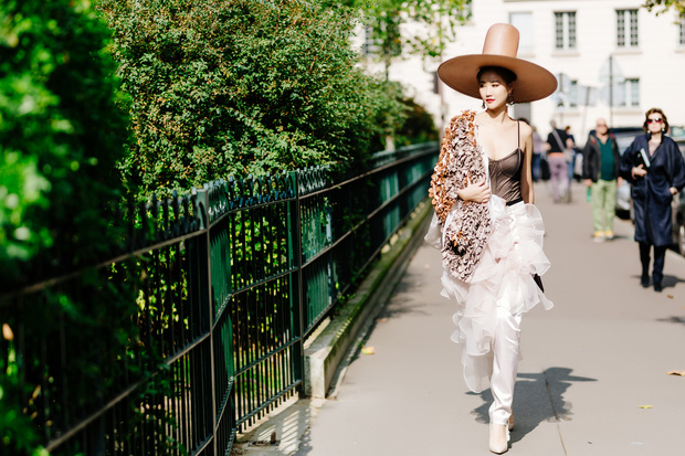 Vừa đấu khẩu chán chê với Tâm Tít xong, Maya đã mặc cực dị xuất hiện tại Paris Fashion Week - Ảnh 4.