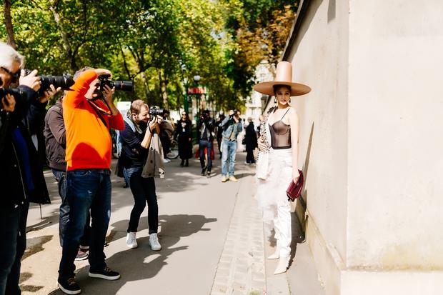 Vừa đấu khẩu chán chê với Tâm Tít xong, Maya đã mặc cực dị xuất hiện tại Paris Fashion Week - Ảnh 5.