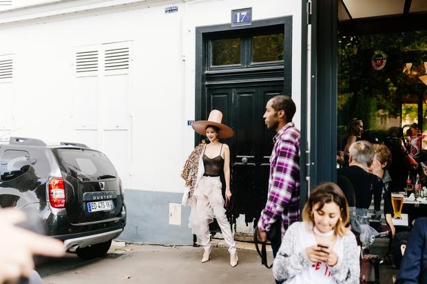 Vừa đấu khẩu chán chê với Tâm Tít xong, Maya đã mặc cực dị xuất hiện tại Paris Fashion Week - Ảnh 2.