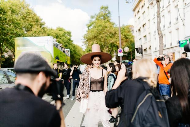 Vừa đấu khẩu chán chê với Tâm Tít xong, Maya đã mặc cực dị xuất hiện tại Paris Fashion Week - Ảnh 6.