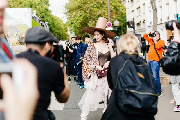 Vừa đấu khẩu chán chê với Tâm Tít xong, Maya đã mặc cực dị xuất hiện tại Paris Fashion Week - Ảnh 1.