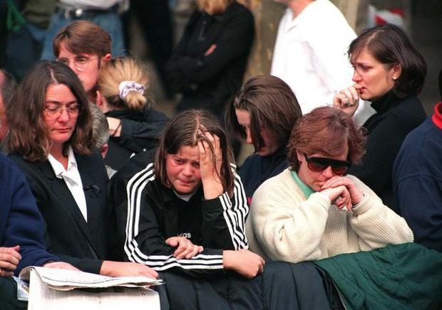 Nhìn những hình ảnh này, người ta mới thấu hiểu người dân Anh đã đau đớn nhường nào khi biết tin Công nương Diana qua đời - Ảnh 36.