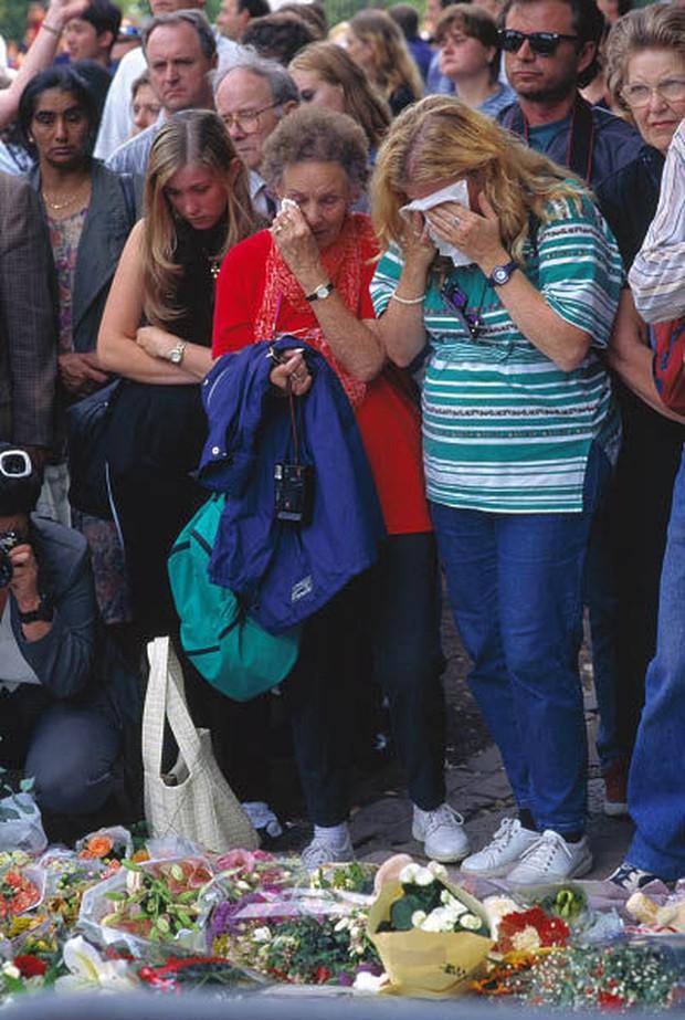 Nhìn những hình ảnh này, người ta mới thấu hiểu người dân Anh đã đau đớn nhường nào khi biết tin Công nương Diana qua đời - Ảnh 5.