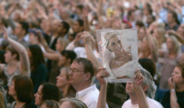 Nhìn những hình ảnh này, người ta mới thấu hiểu người dân Anh đã đau đớn nhường nào khi biết tin Công nương Diana qua đời - Ảnh 37.