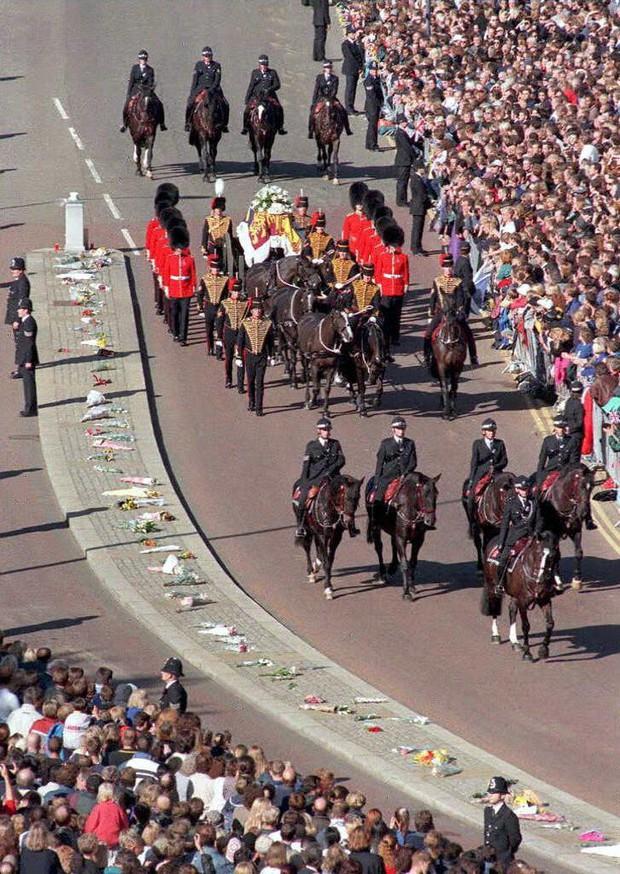 Nhìn những hình ảnh này, người ta mới thấu hiểu người dân Anh đã đau đớn nhường nào khi biết tin Công nương Diana qua đời - Ảnh 15.