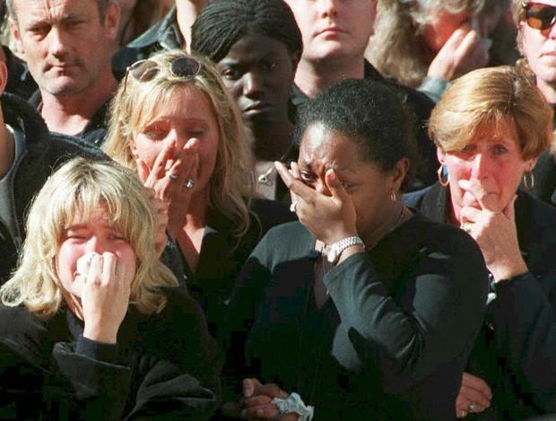 Nhìn những hình ảnh này, người ta mới thấu hiểu người dân Anh đã đau đớn nhường nào khi biết tin Công nương Diana qua đời - Ảnh 23.