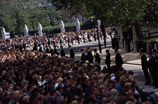 Nhìn những hình ảnh này, người ta mới thấu hiểu người dân Anh đã đau đớn nhường nào khi biết tin Công nương Diana qua đời - Ảnh 17.