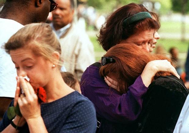 Nhìn những hình ảnh này, người ta mới thấu hiểu người dân Anh đã đau đớn nhường nào khi biết tin Công nương Diana qua đời - Ảnh 26.